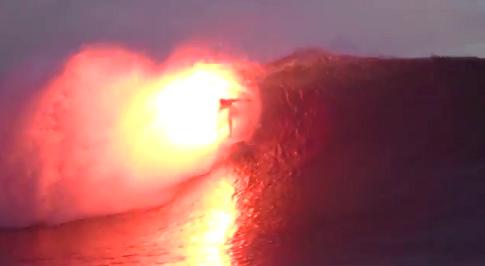 炎を噴き出しながら波に乗るサーファー