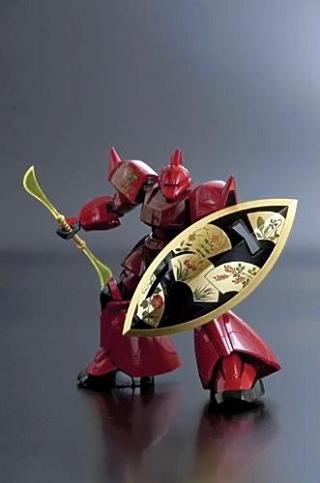赤い漆の本体と鍍金された楯を持った「ゲルググ」