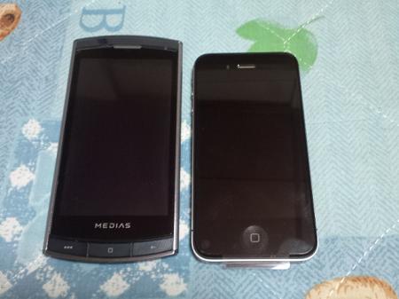 左がMEDIAS、右がiPhone 4S