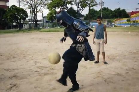 これはカッコイイ!サムライの格好でフリースタイルフットボールのパフォーマンス!
