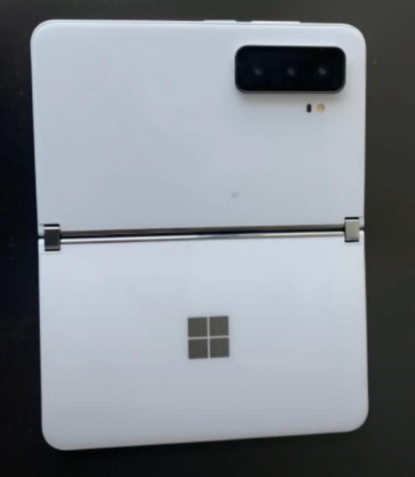 トリプルカメラ搭載のSurface Duo 2とされる本体画像